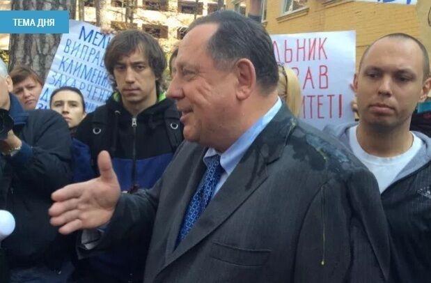 Скандального экс-ректора Мельника закидали яйцами