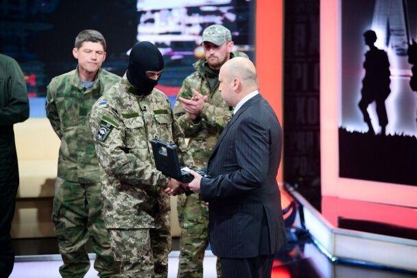 """""""Киборги"""" из донецкого аэропорта получили именное оружие"""