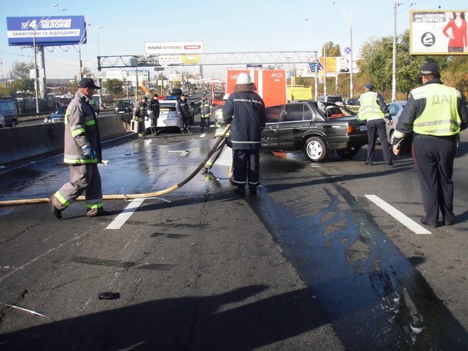 В Киеве BMW врезался в забор и перевернулся
