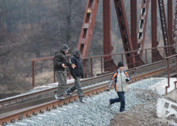 Под Киевом подростки пытались пустить под откос товарный поезд