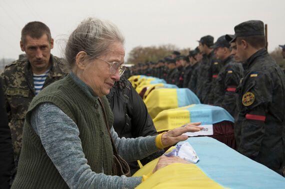 Появились фото из Днепропетровска, где похоронили 42 неопознанных бойца, еще 500 тел находится в моргах