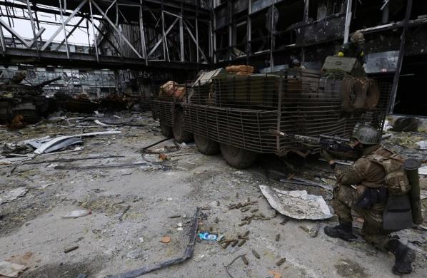 """Появились жуткие фото, как """"киборги"""" из донецкого аэропорта отправляют в последний путь погибшего танкиста"""