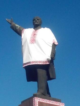 """В Запорожье Ленин """"нарядился"""" в вышиванку, а в Харькове """"превратился"""" в крест"""