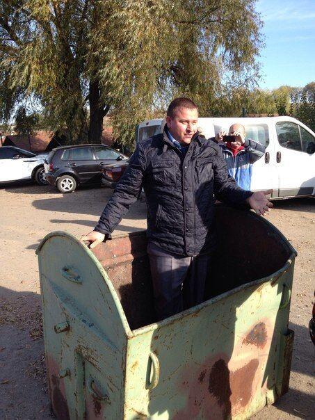Фотофакт: под Киевом устроили мусорную люстрацию для чиновника РГА