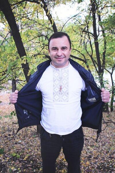 """""""Рожденный в рубашке"""": звезды продают свои вышиванки, чтобы помочь армии"""