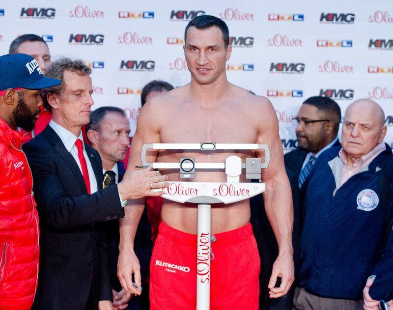 Кличко програв Пулєву! Фотогалерея зважування боксерів