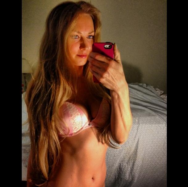 Сексуальная подруга вратаря удивила откровенной эротикой