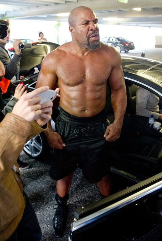"""Бешеный """"гладиатор"""" пытался прорваться к Кличко: фото и видео"""