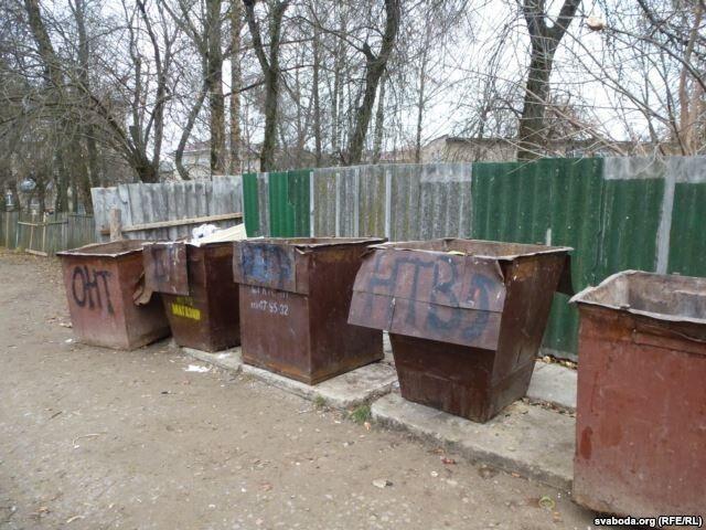 В Беларуси мусорные баки украсили логотипами российских телеканалов: опубликованы фото