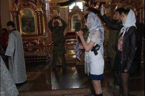 Невеста террориста венчалась в церкви с пистолетом под мышкой. Фотофакт