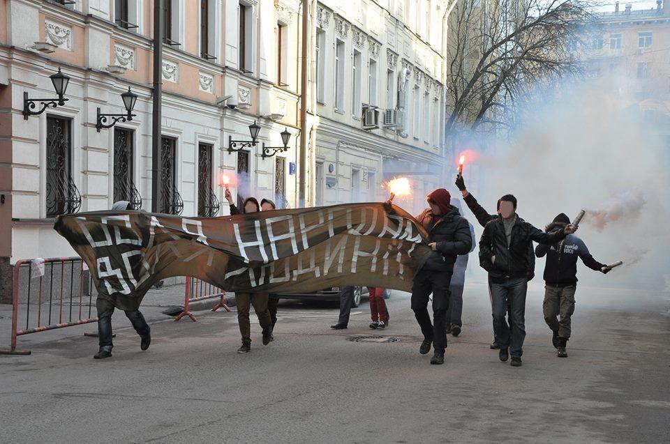 """На марше в Москве русские националисты сожгли флаг """"Новороссии"""": опубликованы фото"""