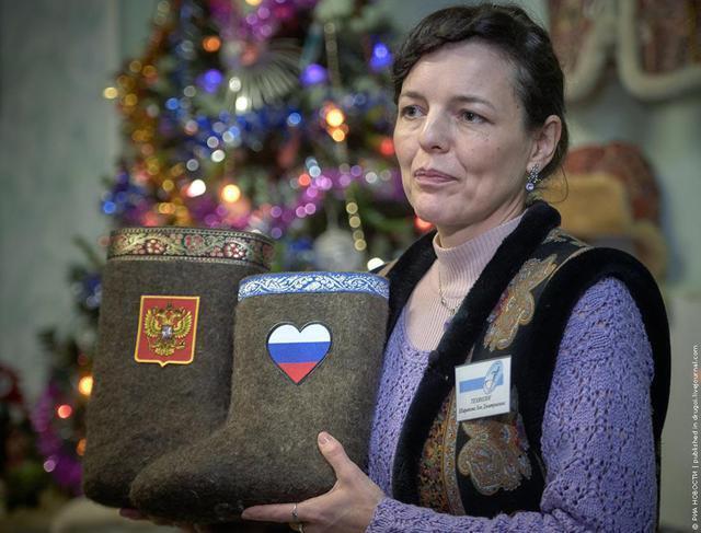 """У Росії винайшли найпотужнішу """"зброю"""" проти санкцій - валянки з нацсимволікою"""