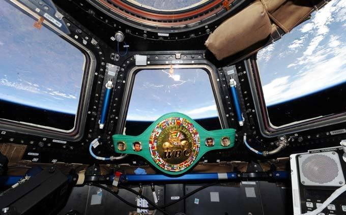 """Чемпіонський пояс, яким володів Кличко, """"злітав"""" в космос"""