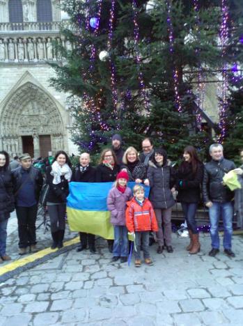 Російську ялинку в Парижі прикрасили синьо-жовтими стрічками