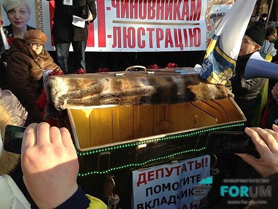"""Гонтаревій привезли під Раду """"золотий"""" смітник з Wi-Fi: опубліковано фото"""
