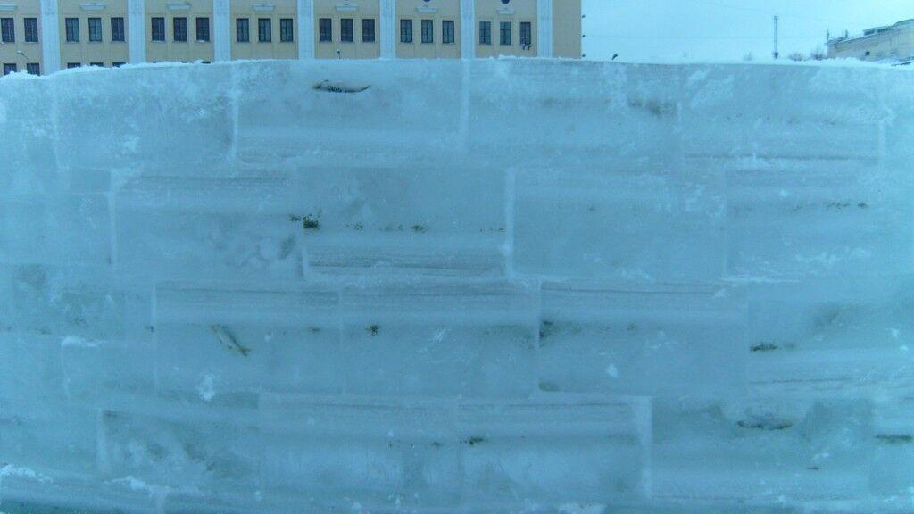 В России построили детский городок из ледяных кирпичей со вмерзшей рыбой