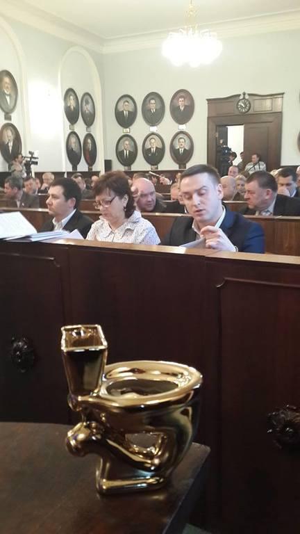 """Янукович обзавидуется: каждый черновицкий депутат получил по """"золотому унитазу"""""""