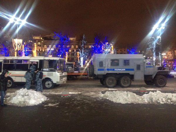 В Москве на Манежной площади появились силовики, заграждения и автозаки. Фотофакт