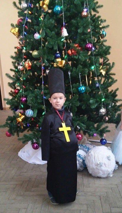 В сети появилось смешное фото мальчика в новогоднем костюме попа
