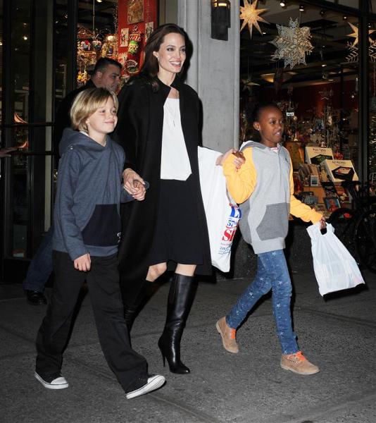 Джоли и Питт поддерживают желание дочери быть мальчиком