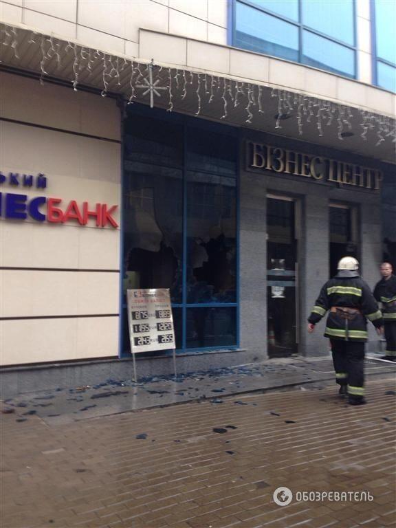 """Невідомі закидали """"коктейлями Молотова"""" бізнес-центр Ахметова"""