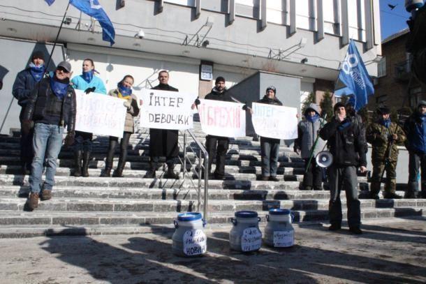 """Активісти принесли під офіс """"Інтера"""" три бочки фекалій"""