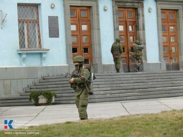 У здания парламента Крыма появились пулеметчики