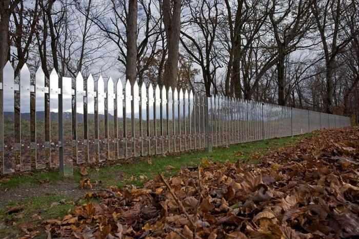 Забор-зеркало во дворе американской художницы