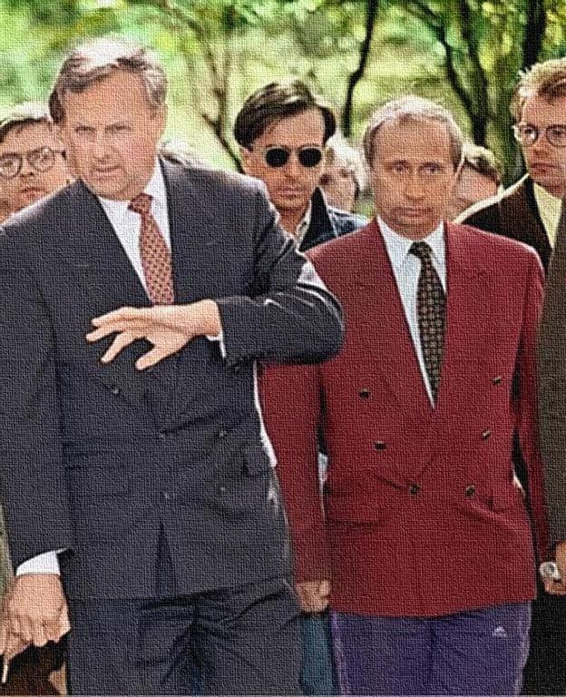 Путин в 90-е подрабатывал охранником - фотофакт