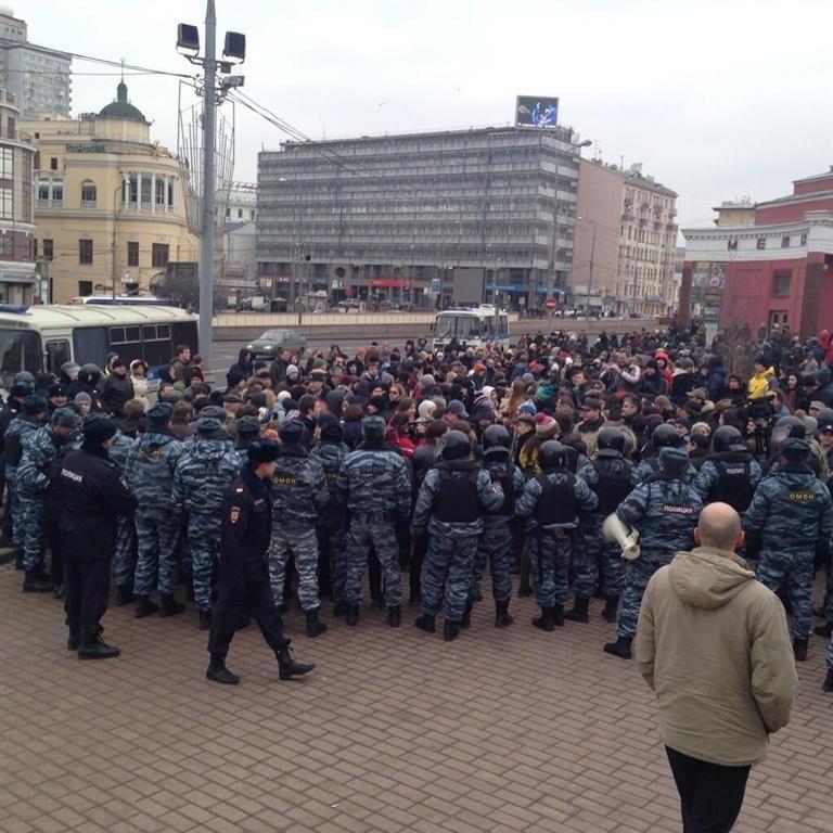 Митинги в Питере и Москве: тех, кто против войны с Украиной, задерживает полиция