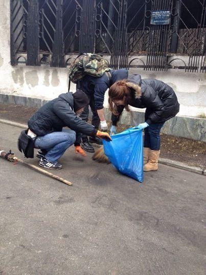 Камалия и Юсупова вышли с вениками на Майдан