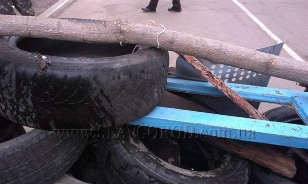 Поддерживающие сепаратистов жители Славянска строят баррикады