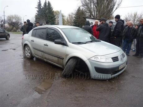 В Славянске расстреляли автомобиль, есть двое погибших – очевидцы