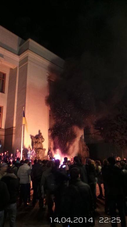 Самооборона Майдану розділилася біля стін ВР: одні палять шини, інші їх гасять