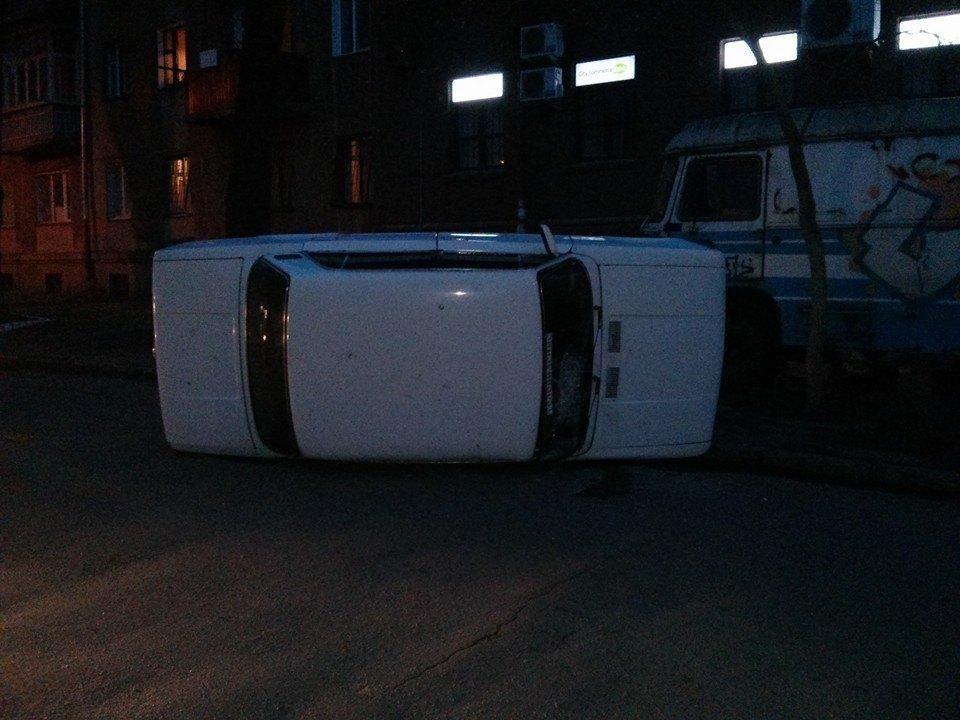 """В Одессе в поисках """"бендеровцев"""" сепаратисты переворачивают авто"""
