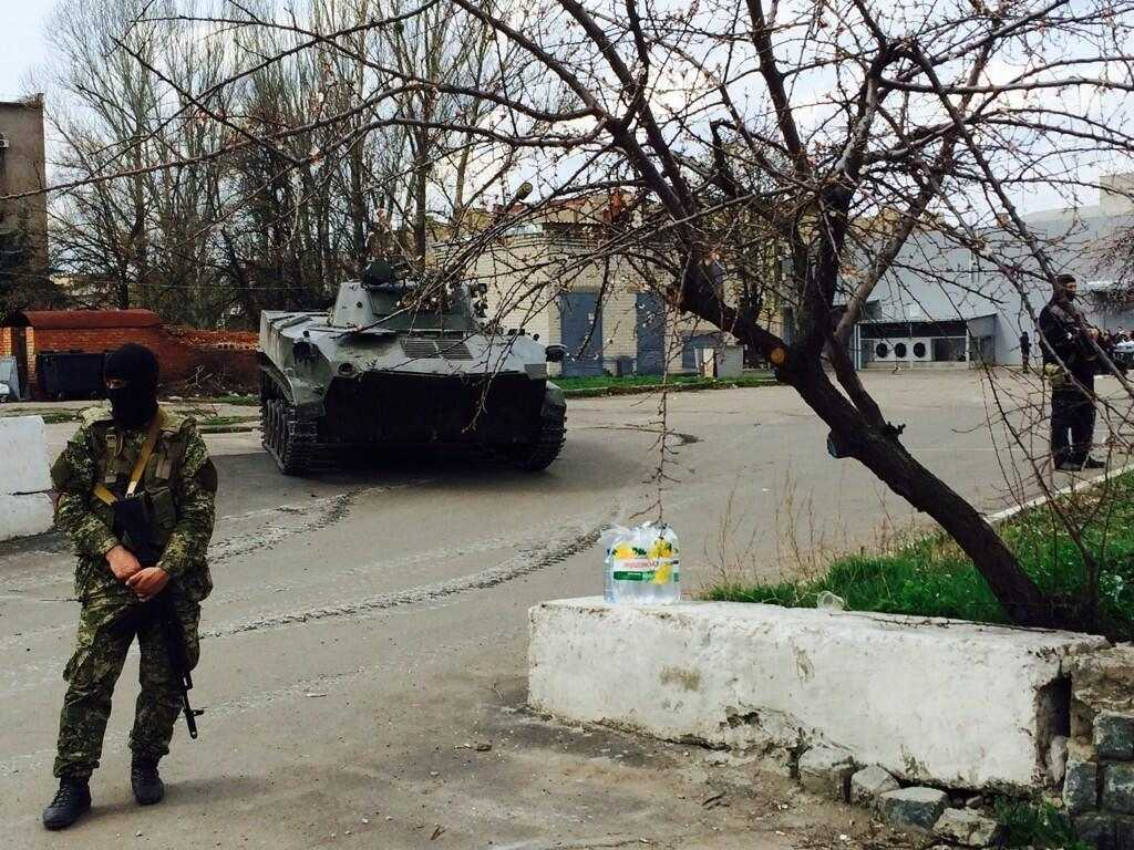 В Славянске на захваченных БДМ появились тюльпаны, жители фотографируются с военными