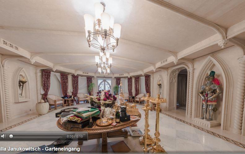 """Янукович потратил €229 тыс. на шторы для """"рыцарского зала"""" в Межигорье"""