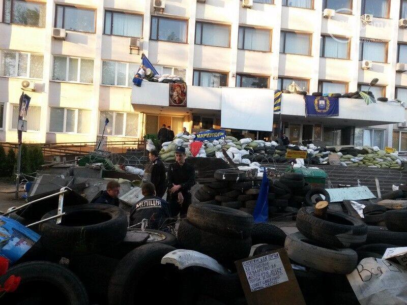 В Мариуполе освободили от сепаратистов здание горсовета