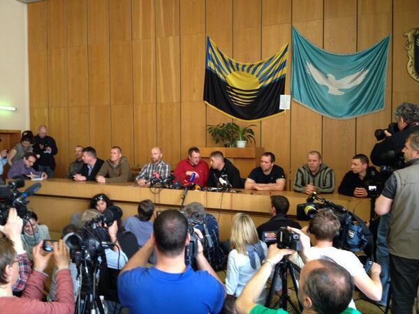 """Захваченные инспекторы ОБСЕ вдруг заявили, что находятся в гостях у """"мэра"""""""