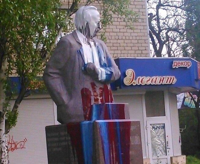 В Николаеве памятник Чорновилу раскрасили цветами российского триколора