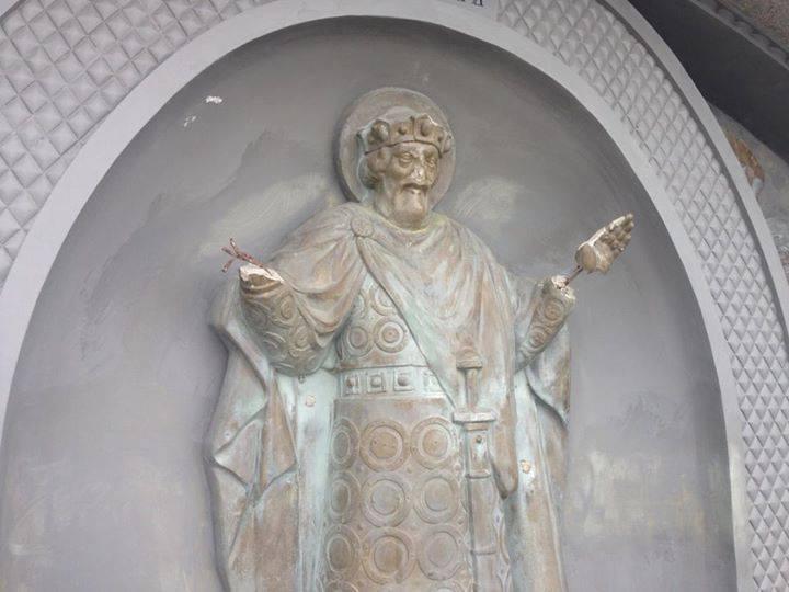 В Киеве вандалы изувечили скульптуру князя Владимира: оторвали крест