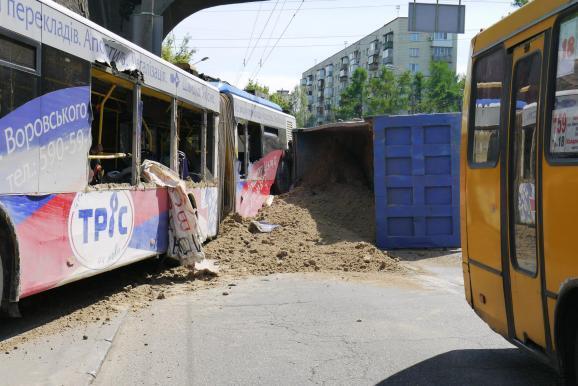 В Киеве грузовик с песком врезался в троллейбус: 18 пострадавших