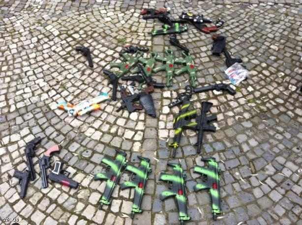 """""""Правый сектор"""" Закарпатья пошутил с милицией: вместо настоящего оружия сдал игрушечное"""