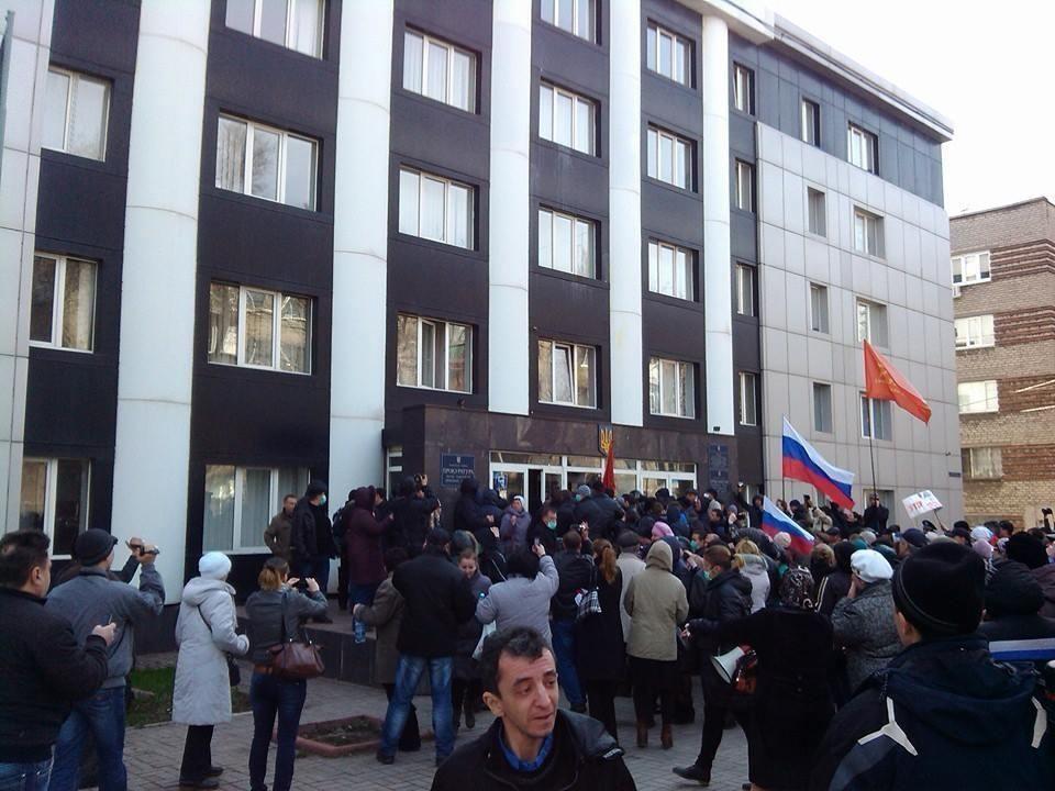В Мариуполе сепаратисты ворвались в городскую прокуратуру