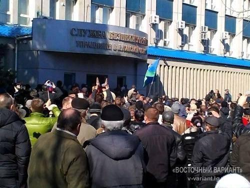 Сепаратисты захватили здание СБУ в Луганске: в ход пошли кирпичи и дымовые шашки