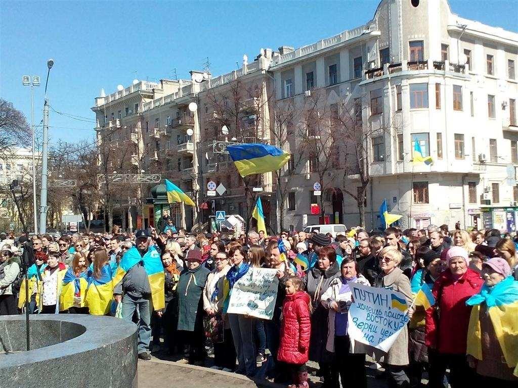 В Харькове митингующие просят Путина не мешать Украине