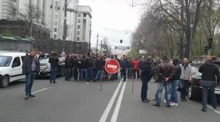 Протестующие автомобилисты перекрыли улицу Грушевского