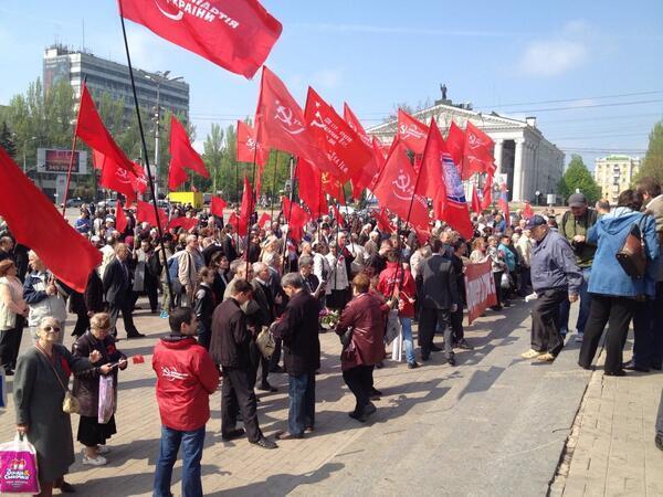 """У Донецьку близько 100 комуністів скандували: """"Мир! Труд! Май!"""""""