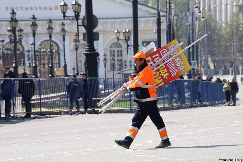 После первомайской демонстрации в Москве люди выбросили флаги РФ в мусорник