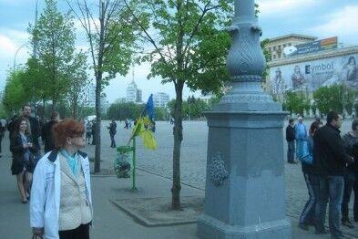 В Харькове федералисты сожгли, а потом выбросили в мусорку флаг Украины